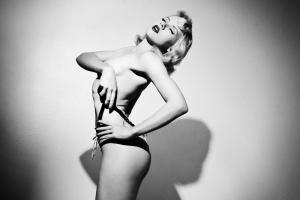 Model Mosh black white panties